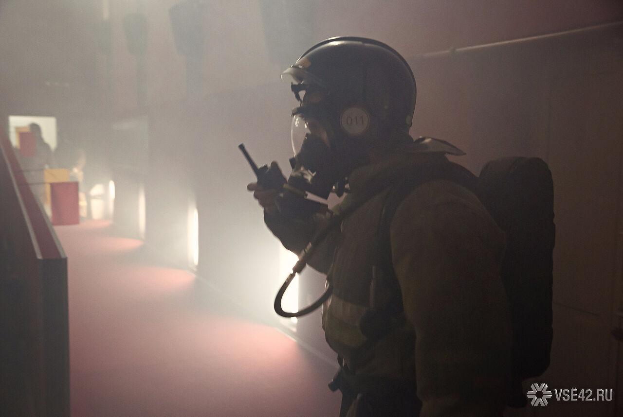 ВНовокузнецке ночью пожарные спасли изполыхающего здания 10 человек