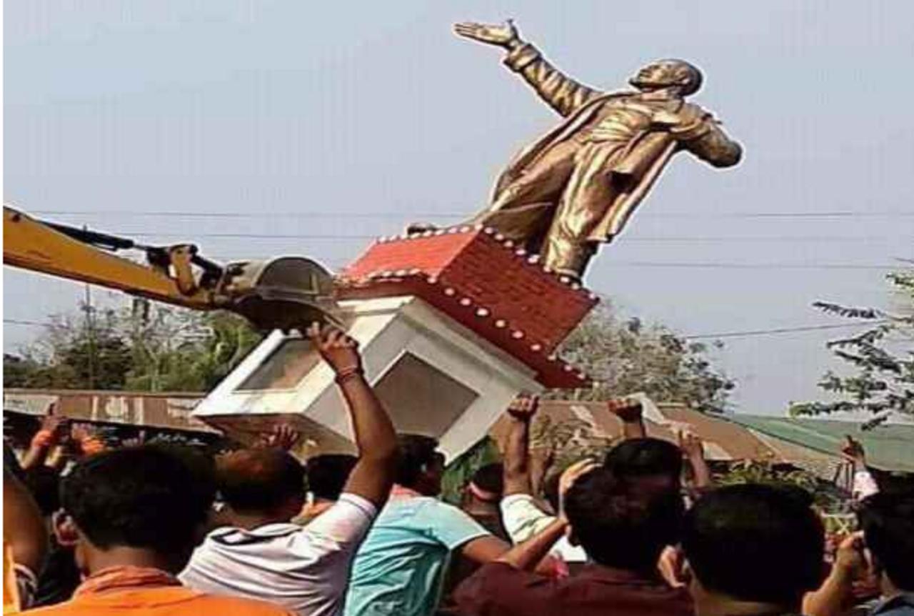 ВИндии повалили монумент Ленину исыграли его головой вфутбол
