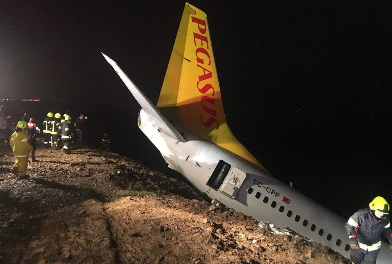 Вглобальной паутине появилось видео эвакуации иззастрявшего накраю обрыва самолета