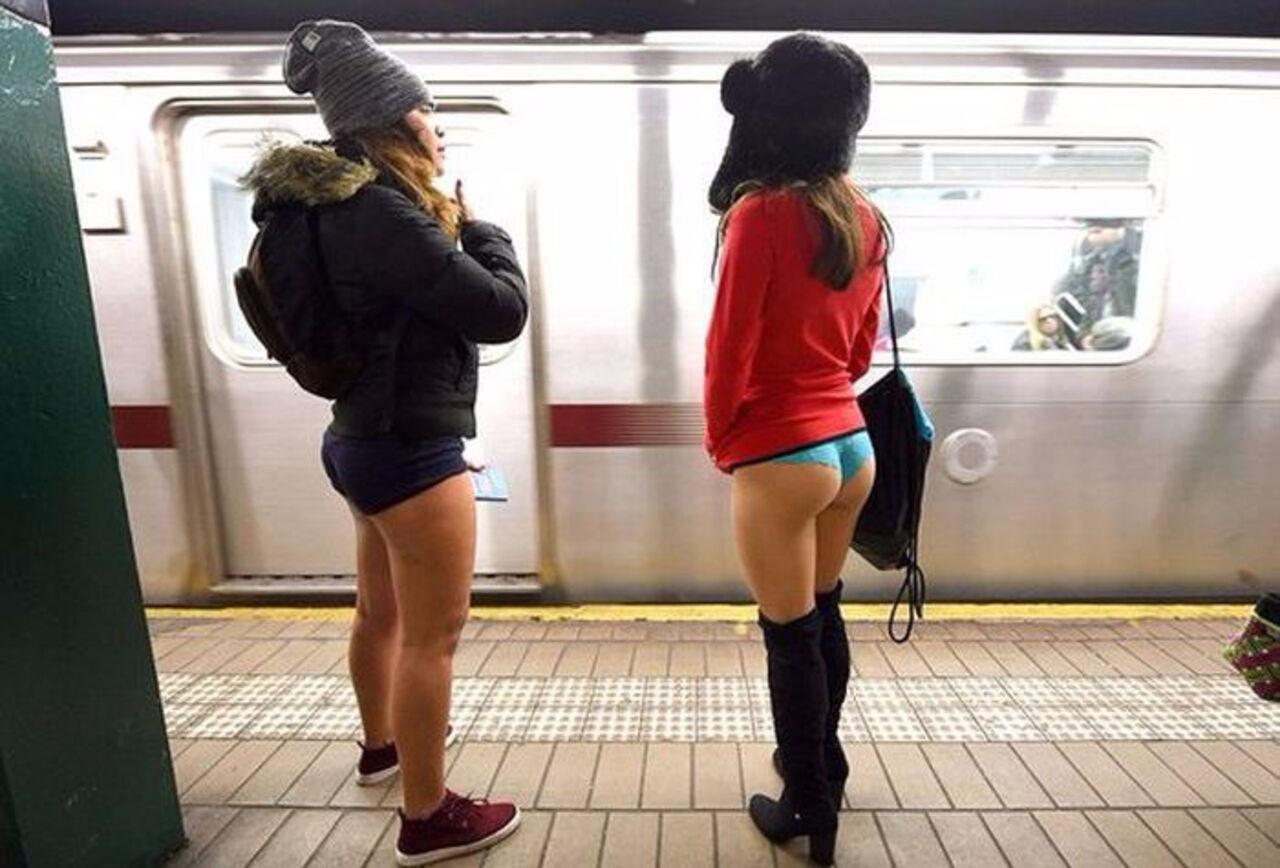 Японочки в метро 15 фотография