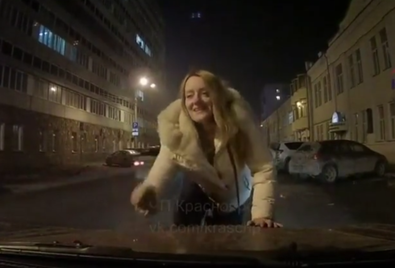 ВКрасноярске пьяная девушка бросалась намашины
