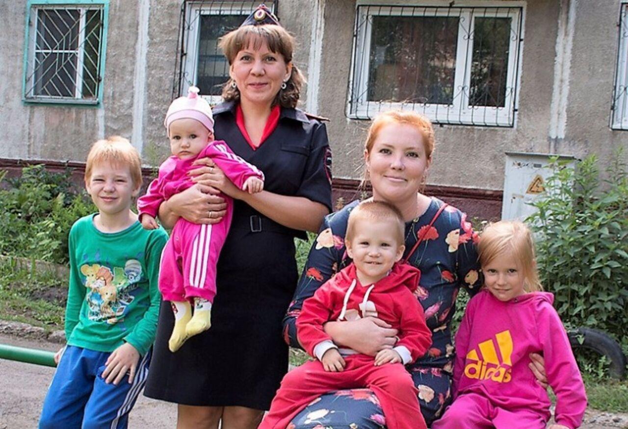 Капитан милиции вКемерово спасла изгорящего дома четырех детей