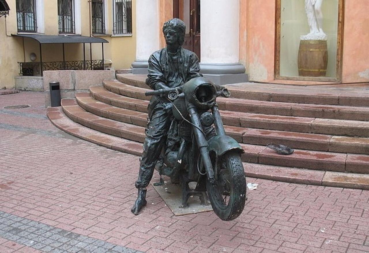 Монумент легенде русского рока возник под Новгородом— Цой живой