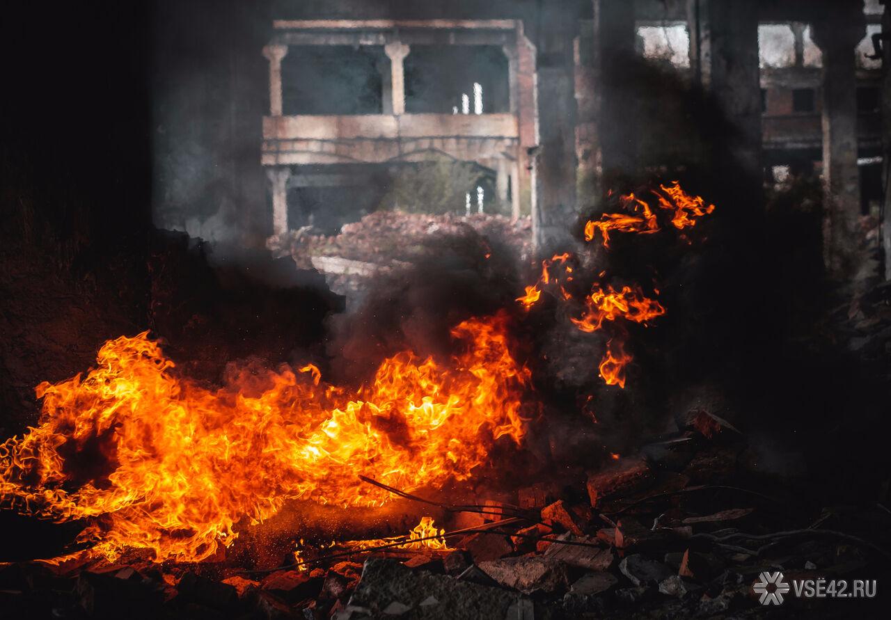 39 человек тушили пожар начастной станции техобслуживания вКемерово