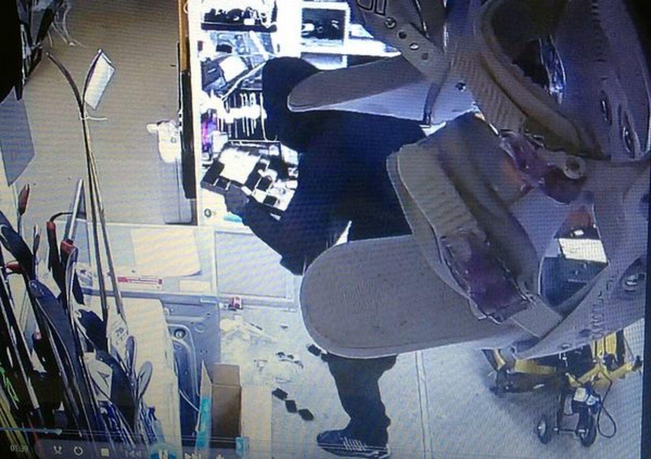 ВНовокузнецке мужчина спистолетом ограбил ломбард
