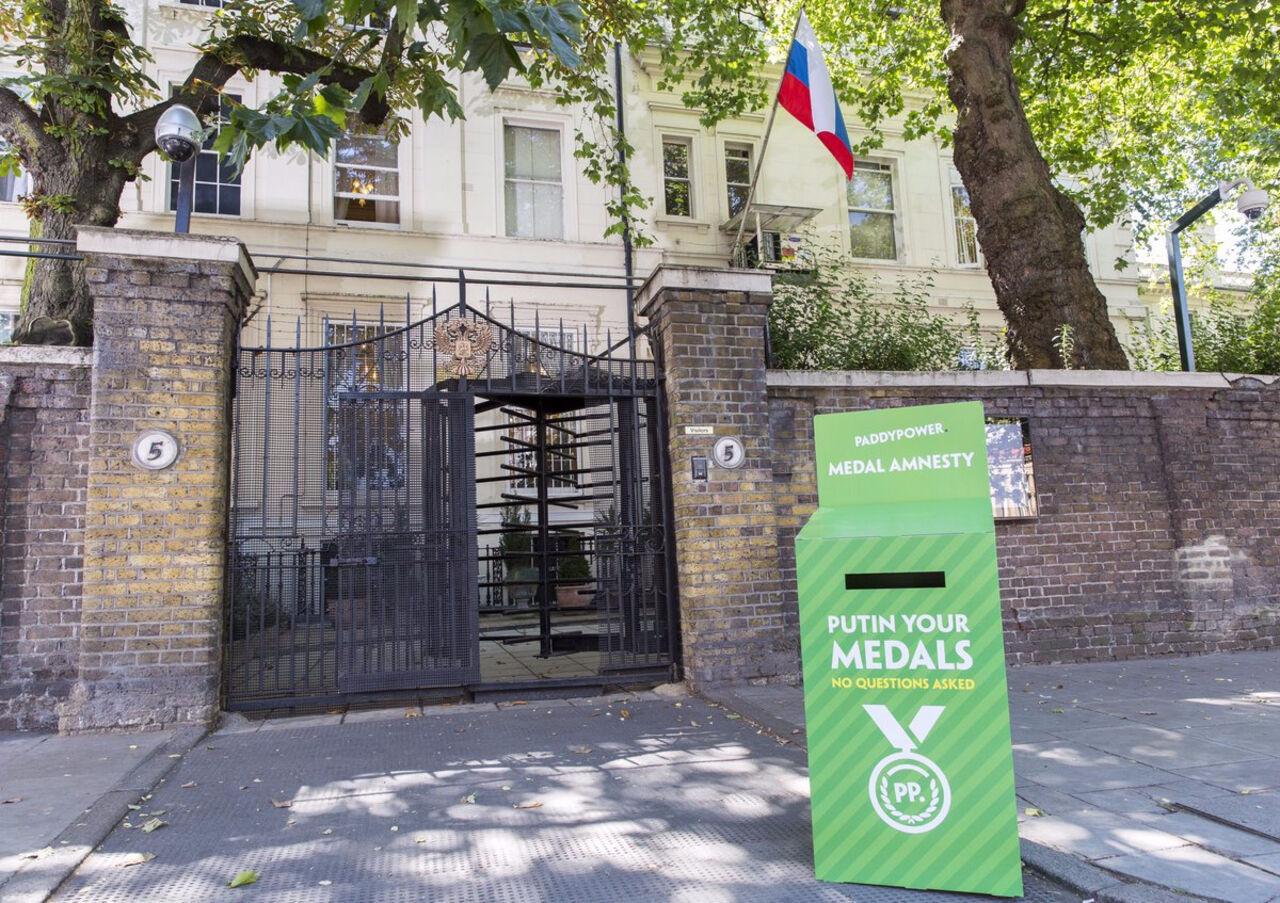 Около посольстваРФ встолице Англии установили коробку для возврата спортивных наград