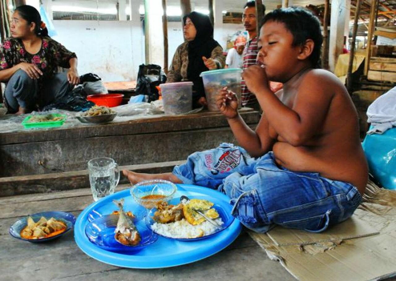 Бросивший курить девятилетний индонезиец похудел ивзялся заучебу