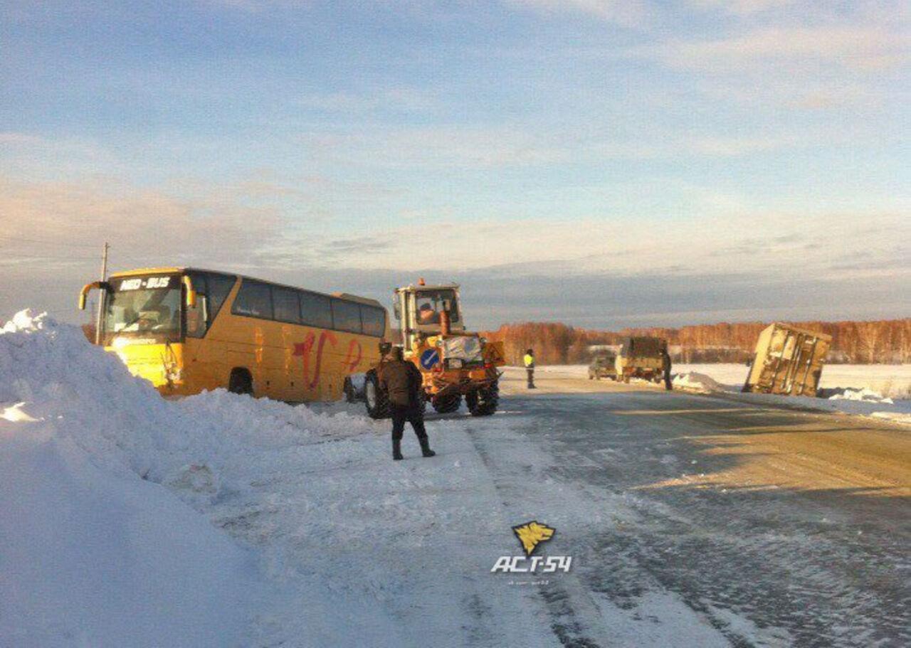 ВКузбассе добрая автоледи опрокинула всугроб рейсовый автобус