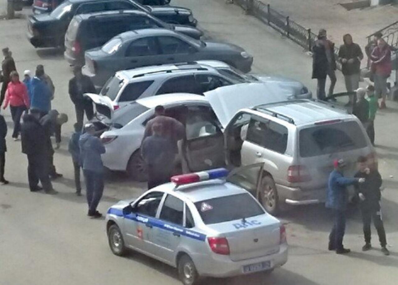 ВЧебаркуле 10-летний ребенок навнедорожнике устроил погром на стоянке