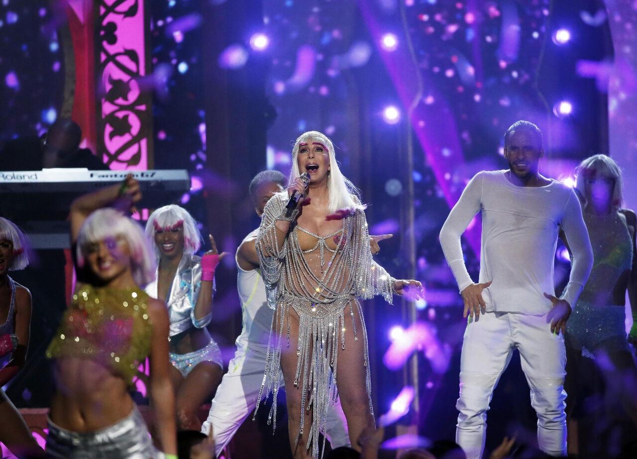 В Лос Анджелесе на музыкальной премии Billboard Music Awards-2017 популярная71-летняя певица Шер поразила зрителей своим'голым нарядом