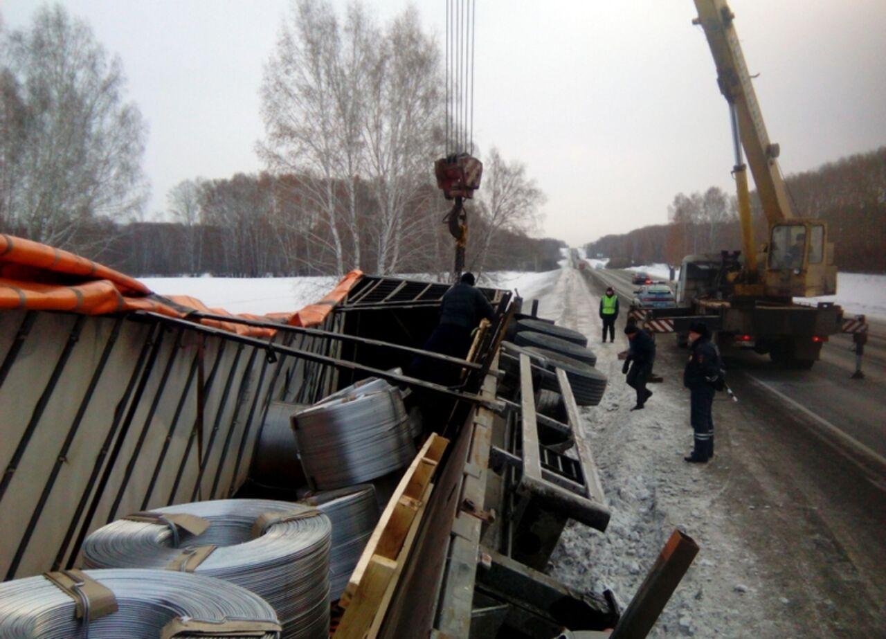 Натрассе вТопкинском районе перевернулась фура салюминием
