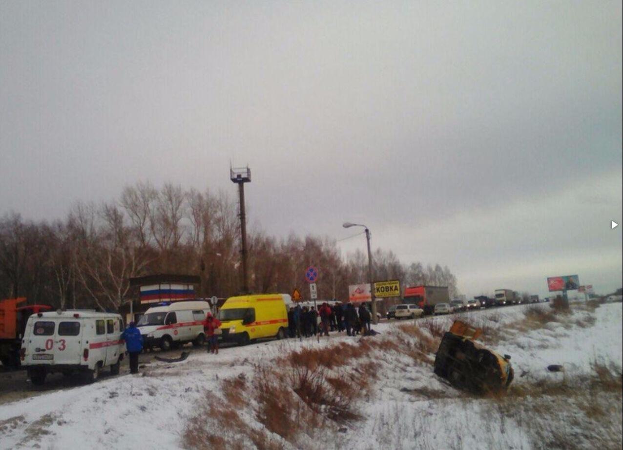 Пассажирский микроавтобус перевернулся натрассе вАлтайском крае, информация опострадавших уточняется