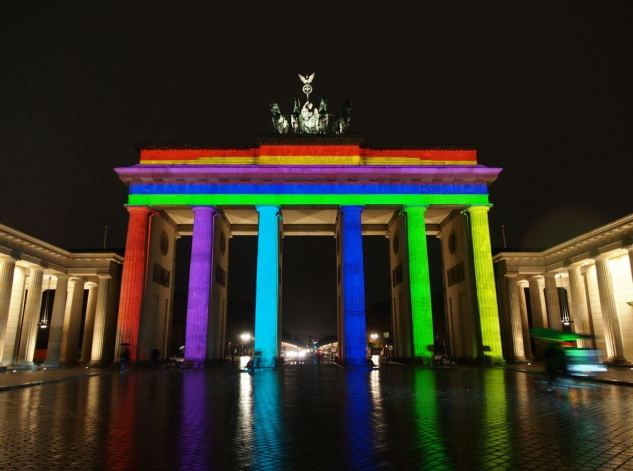 Бранденбургские ворота подсветили вцвета русского флага, невзирая нарешение властей
