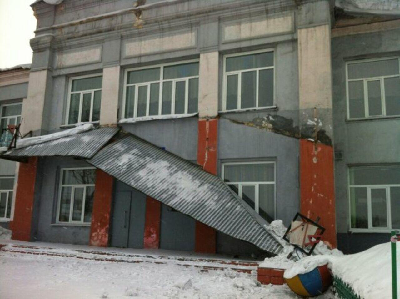 ВПрокопьевске рухнул козырёк над входом вшколу