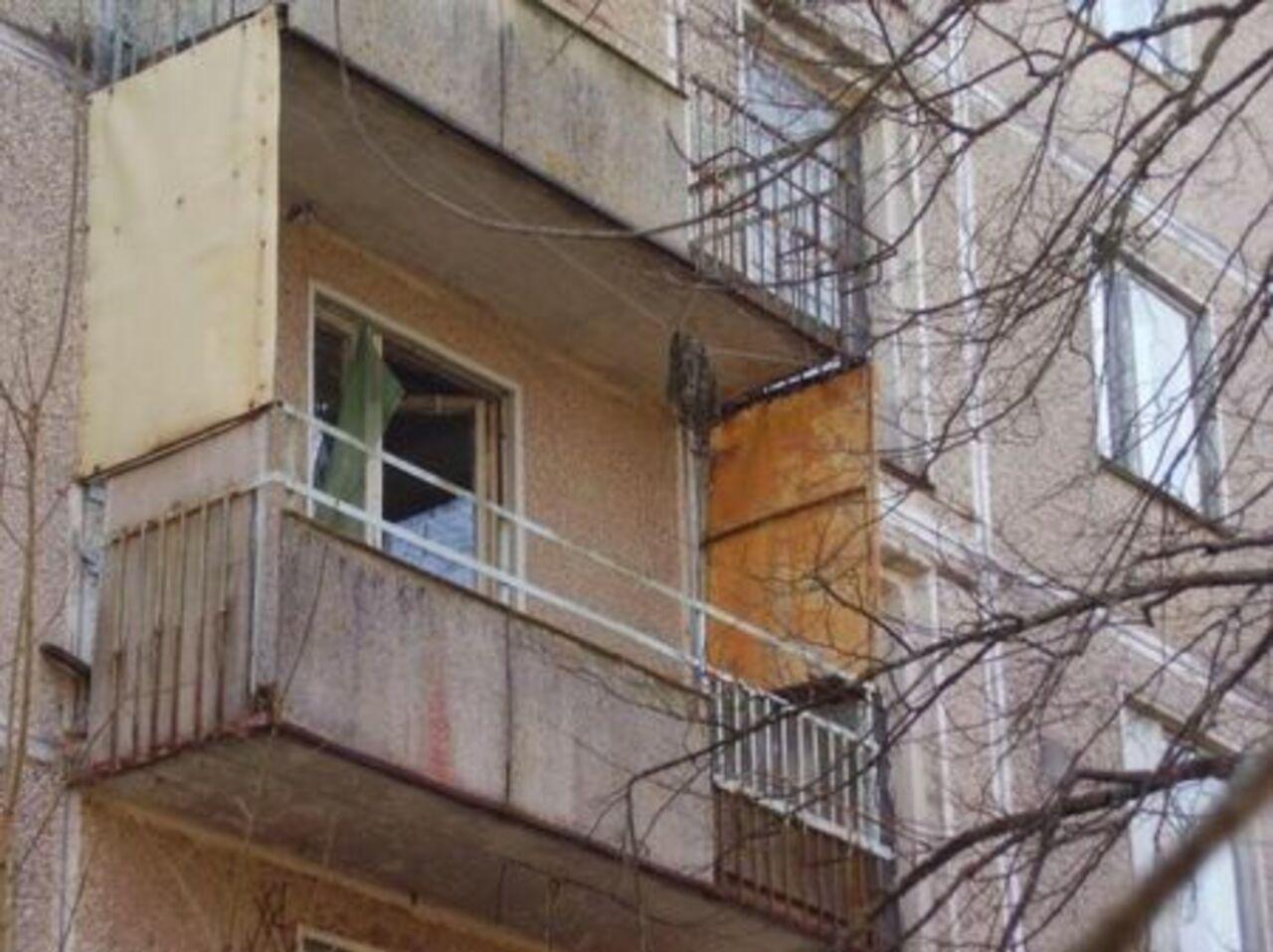 В красноярском крае девушка выпала с балкона 7-го этажа.