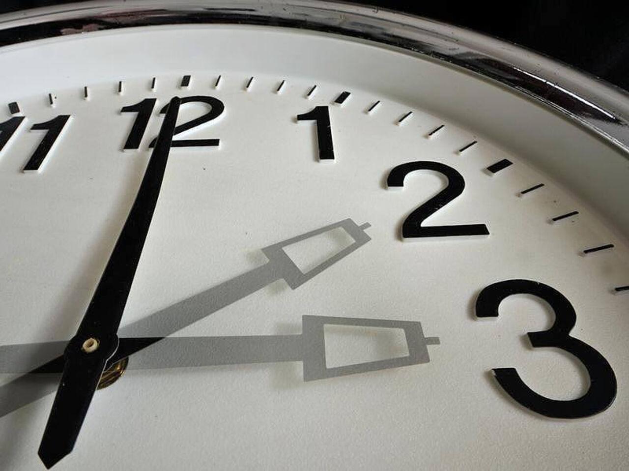 Насколько известно историкам, изначально идея переводить часы на летнее время принадлежала американцу бенджамину франклину.
