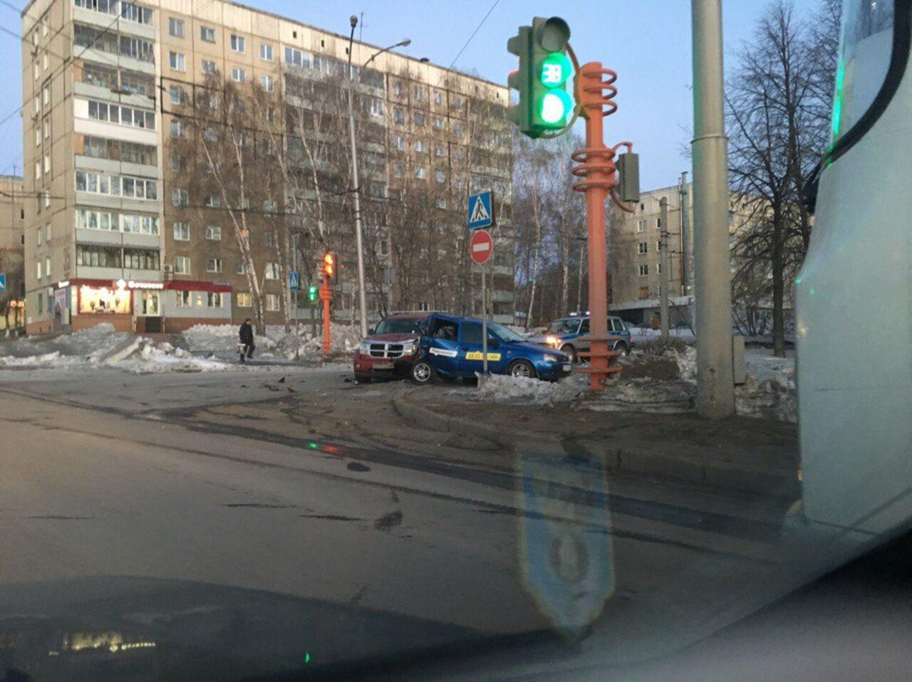ВКемерово произошла серьёзная авария: Dodge снёс заднюю часть Лада  Kalina