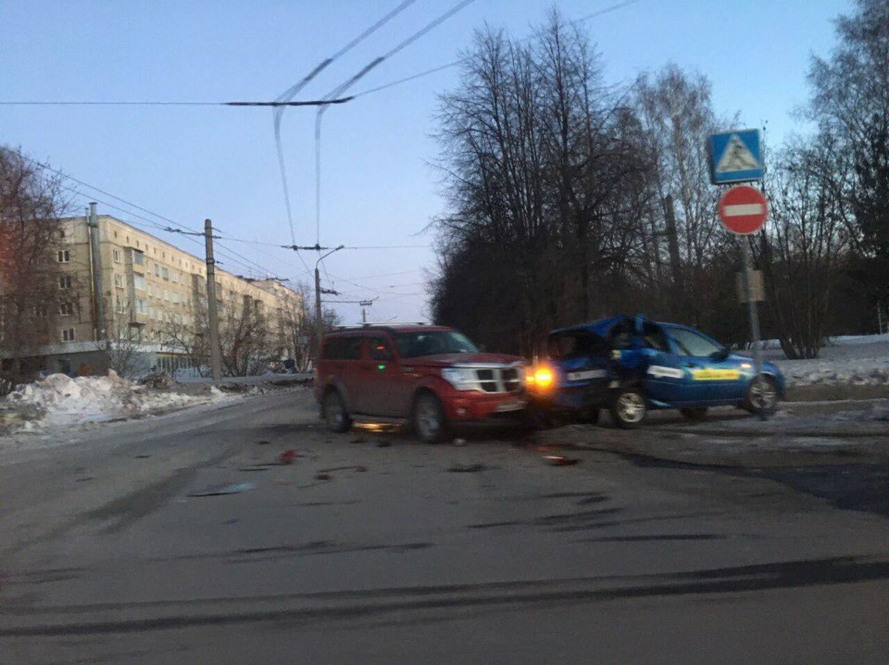 ВКемерове вседорожный автомобиль Dodge разорвал Лада Kalina