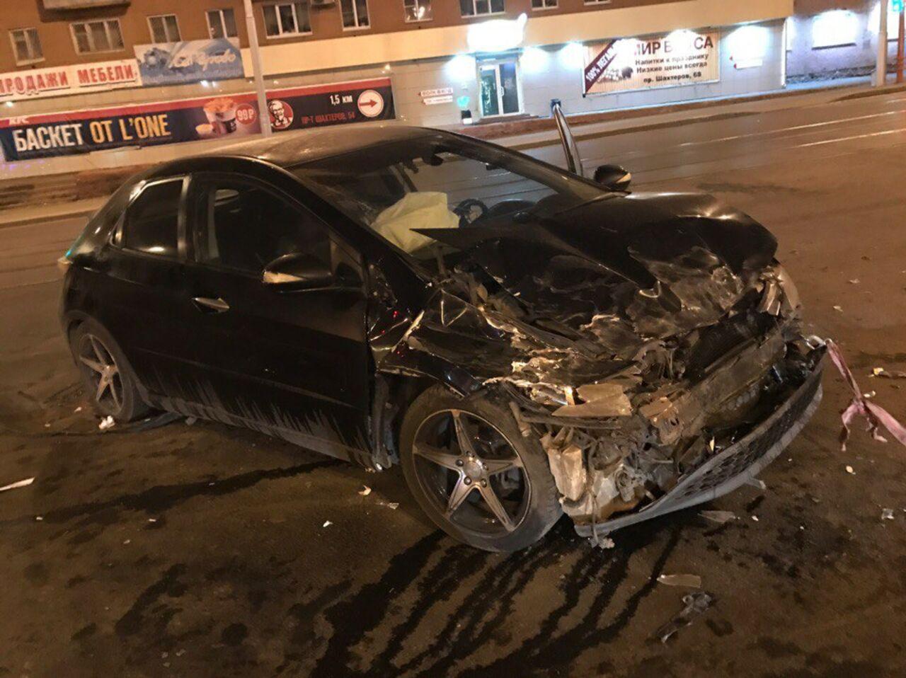 Фото жуткого ночного ДТП вКемерово, пострадала девушка