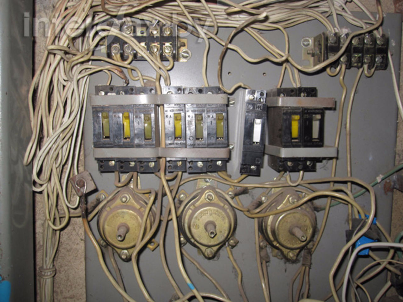 Как поменять электрическую розетку своими руками, техника безопасности