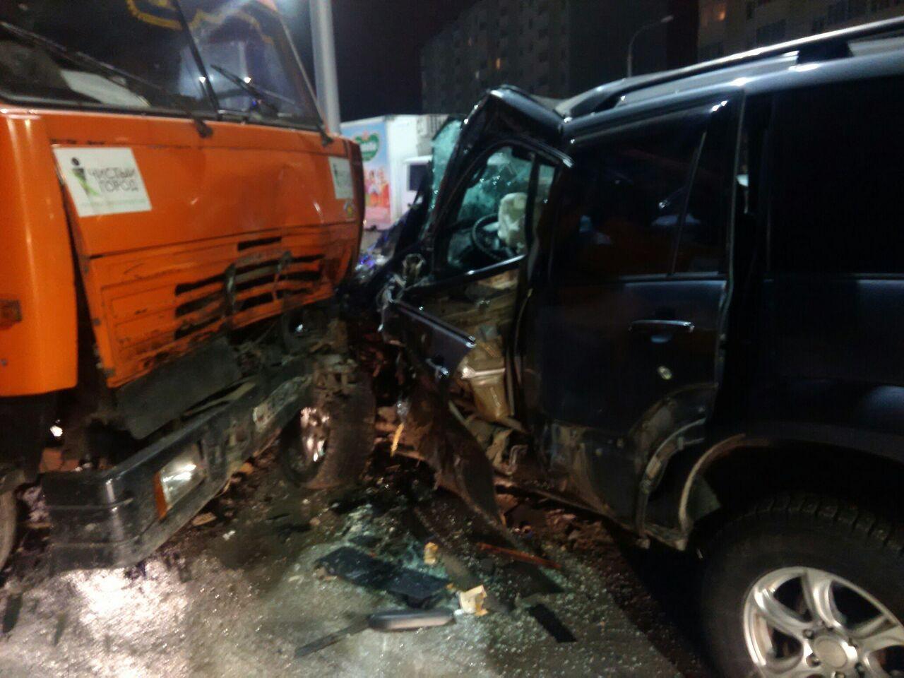 ВОмске мусоровоз протаранил Land Cruiser