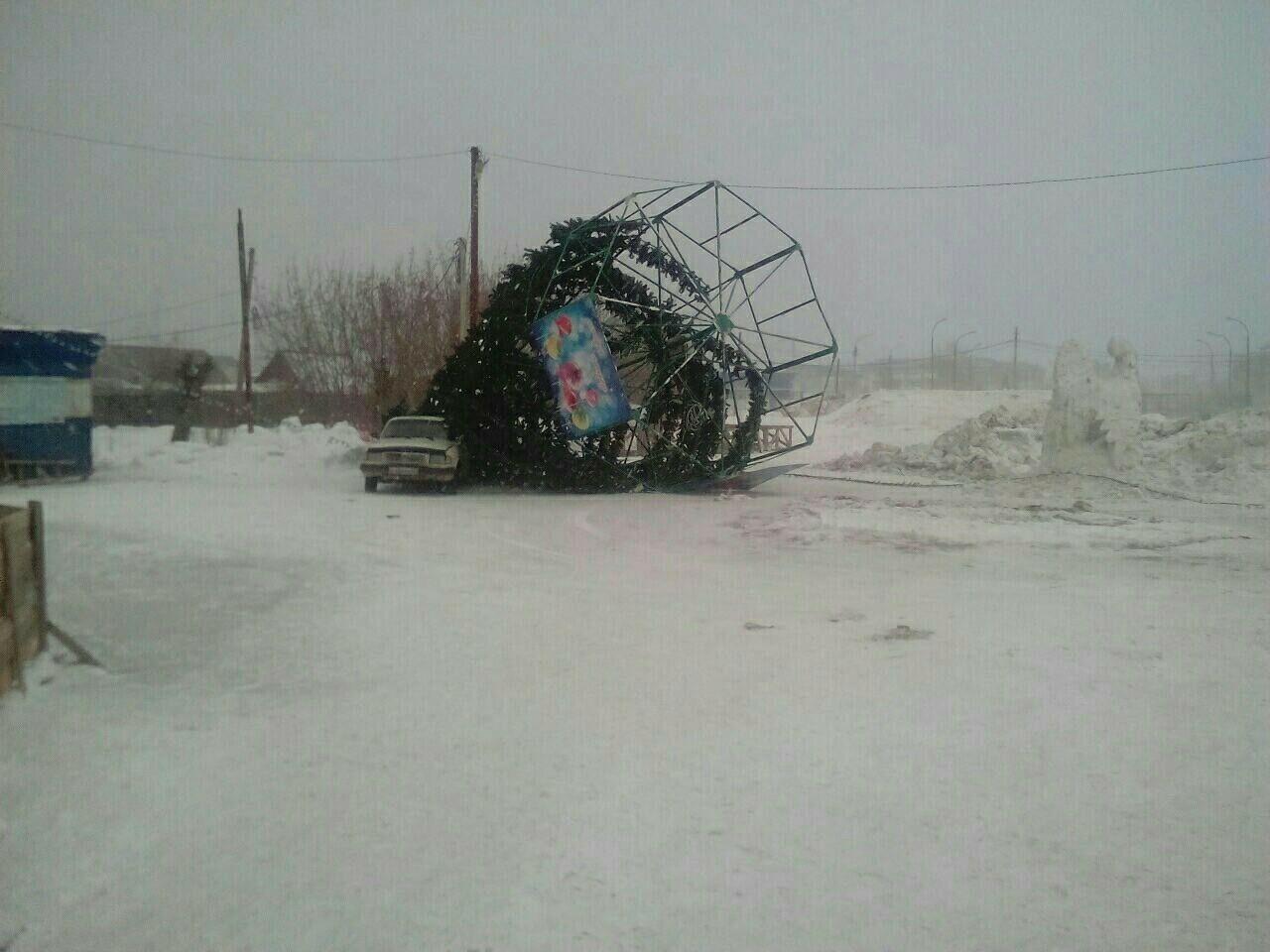 Сильный ветер снес городскую елку вМариинске