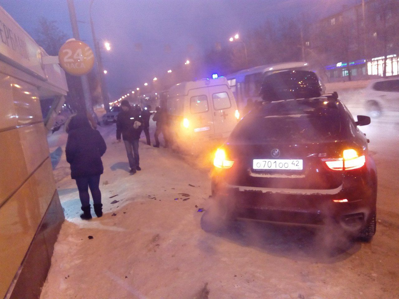 В Кемерове купе-вседорожник «БМВ» вылетел на остановку и сбил людей