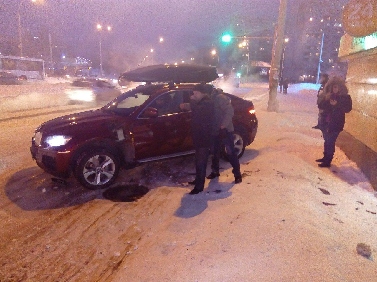 БМВ X6 протаранил остановку вКемерове