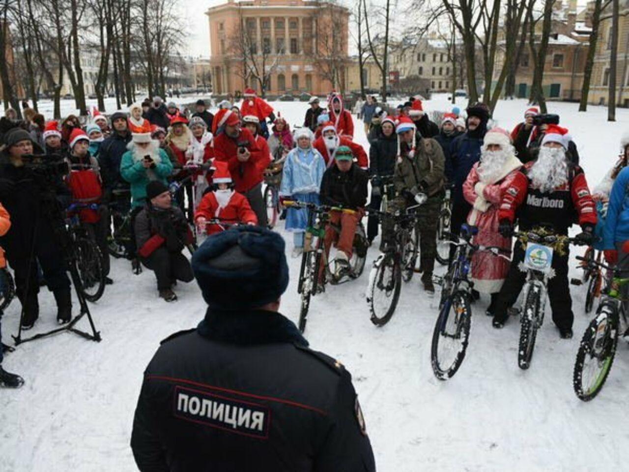 Велопарад Дедов Морозов иСнегурочек вПетербурге состоялся