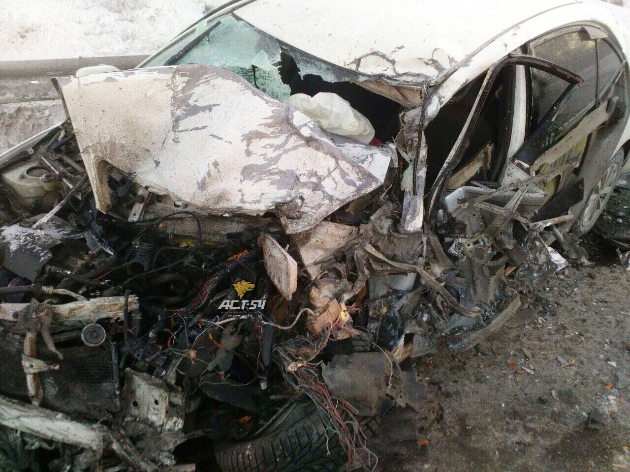 Грузовой автомобиль превратил иномарку вгруду металла натрассе М-52
