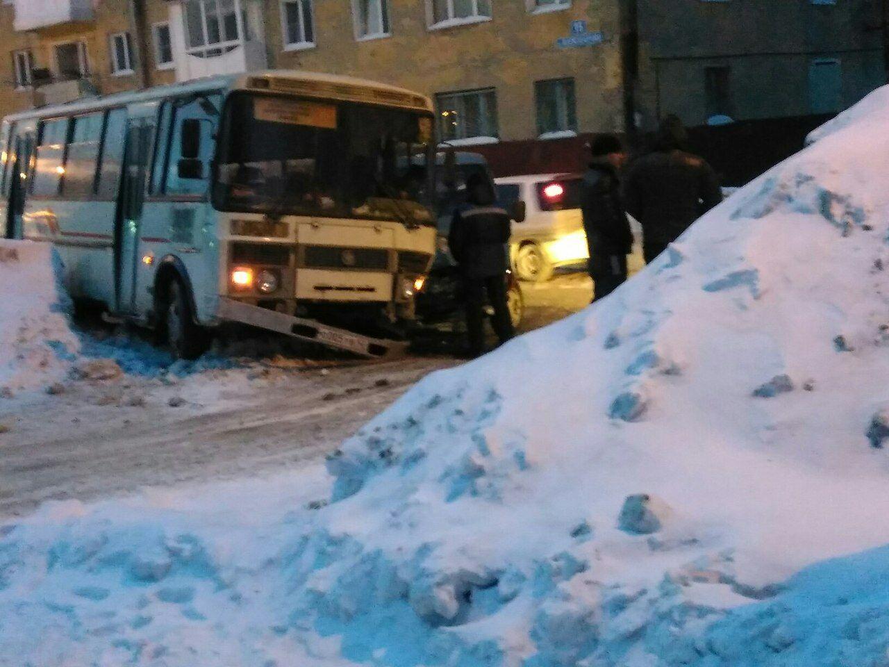 ВКемерове утром столкнулись автобус ПАЗ иавтомобиль