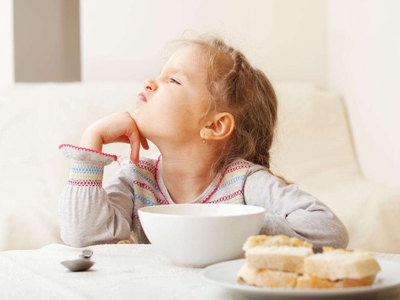 Почему ребенок отказывается от еды в 4 месяца