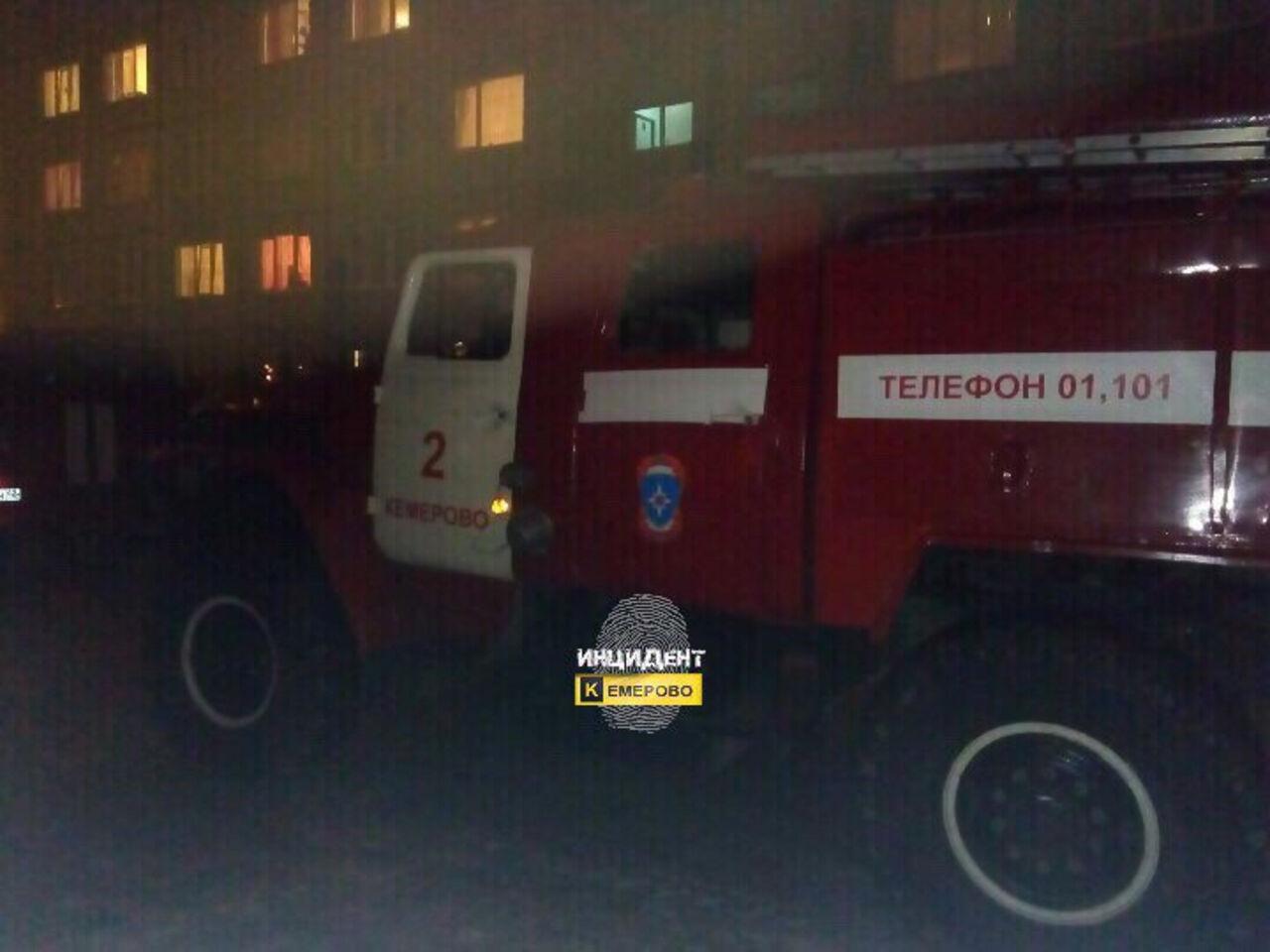 ВКемерове пожарные вывели 12 человек изгорящего дома