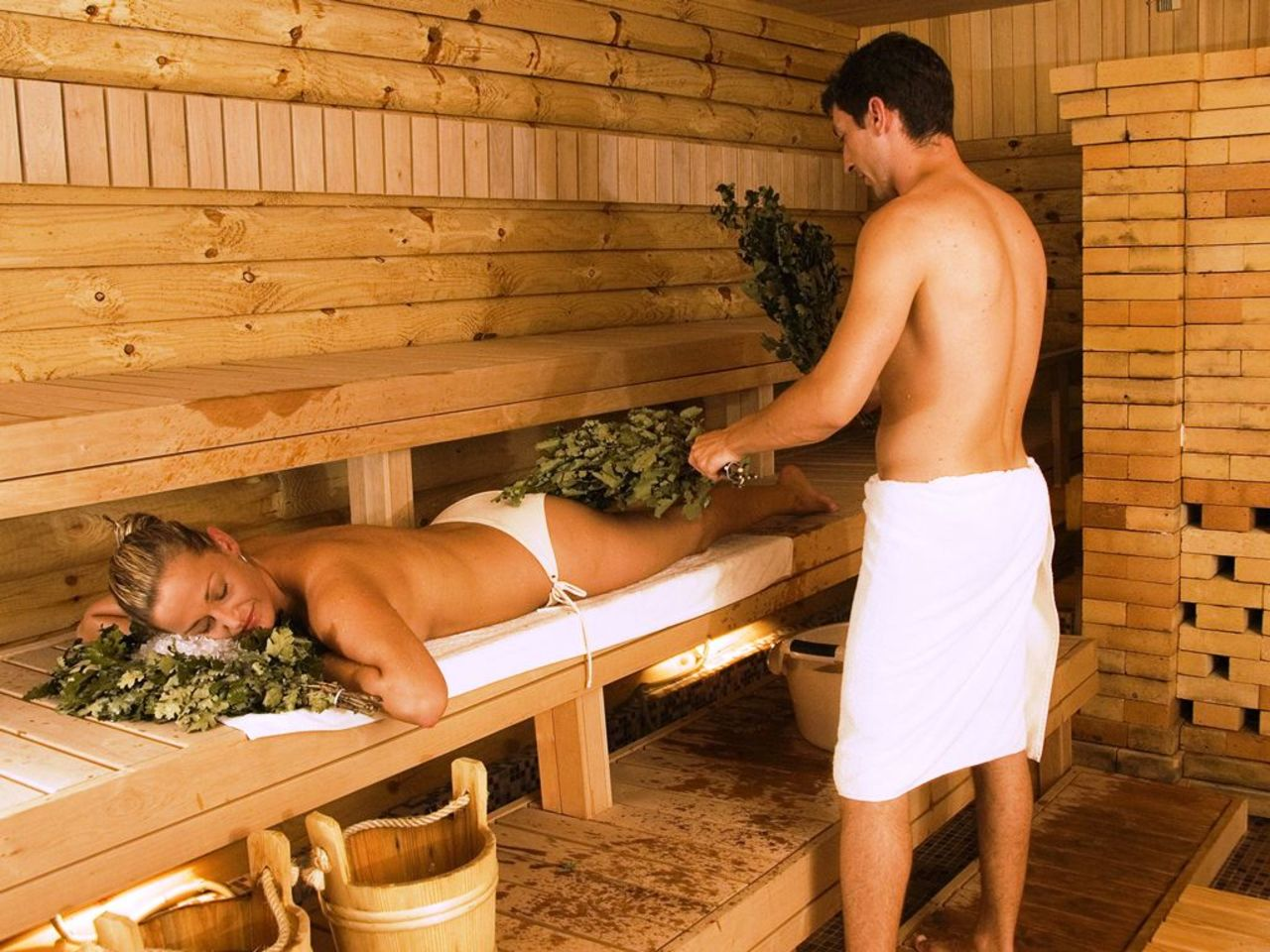 parni-v-saune-s-devkami