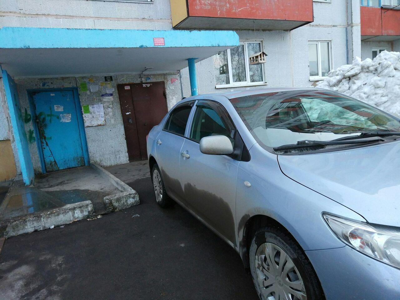 ВКемерове «мастеру парковки» около подъезда прокололи колеса