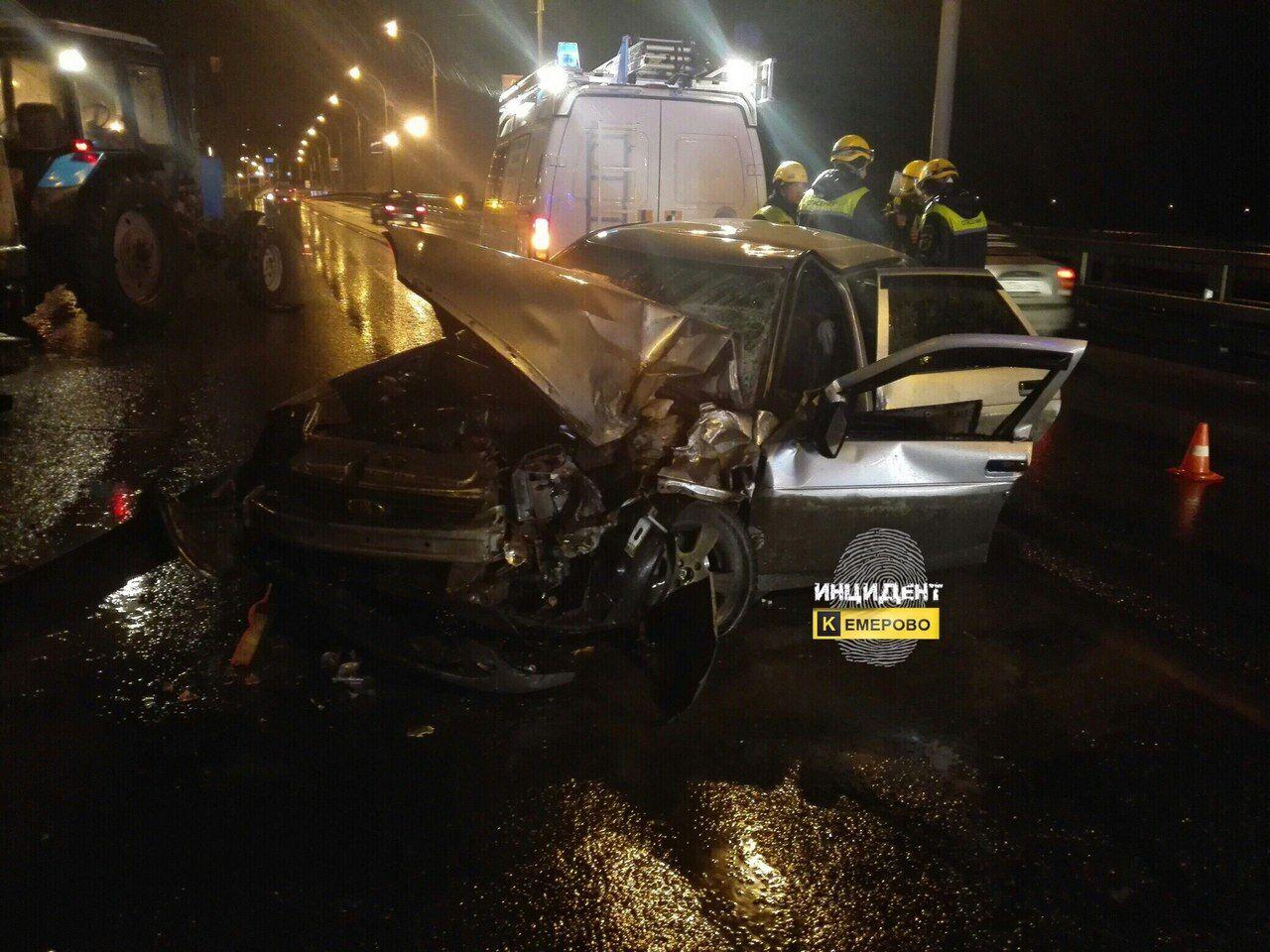 После ДТП страктором шофёр Лада Priora едва не умер вКемерове