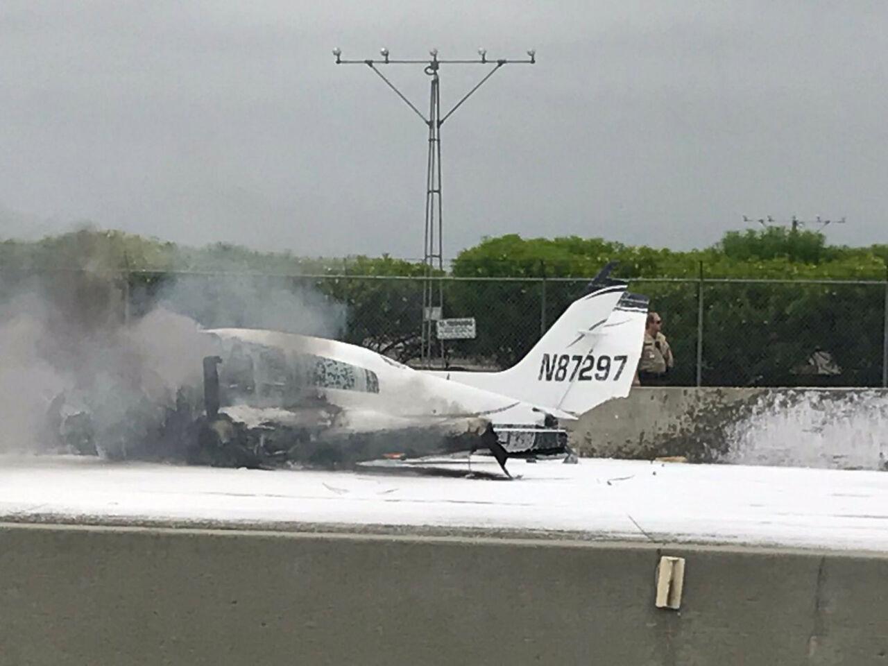 Самолет при падении задел автостраду