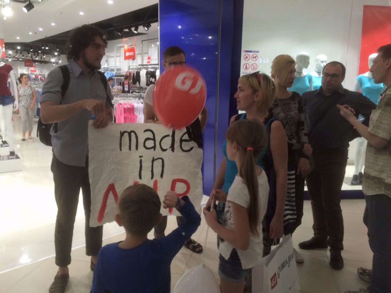ВКиеве устроили пикет против открытия магазина Gloria Jeans