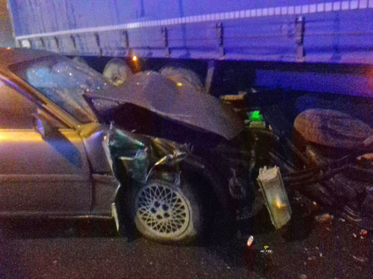 «Тойота» залетела под фуру вНовосибирске— пострадали двое