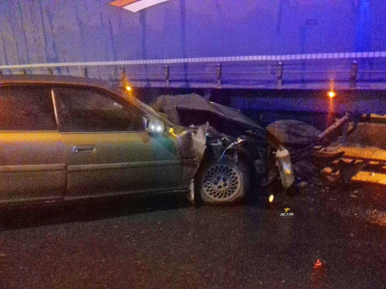 Печальное ДТП вНовосибирске: Тойота влетела под фуру влевобережье