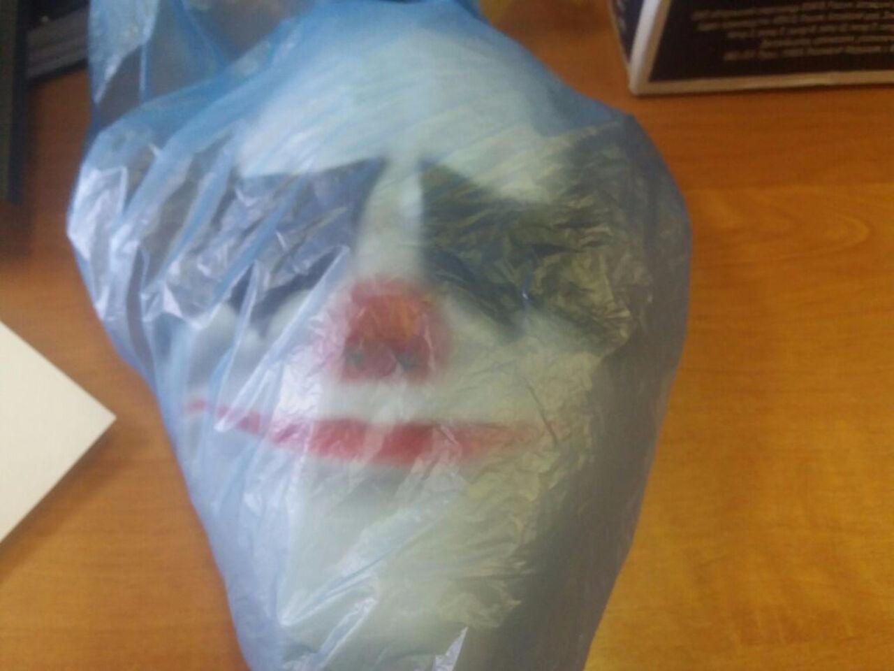 Гражданин Новосибирска вмаске клоуна ограбил салон мобильной связи