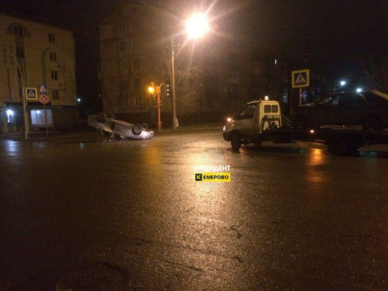 Жесткое ДТП случилось ночью вКемерове: такси перевернуло накрышу