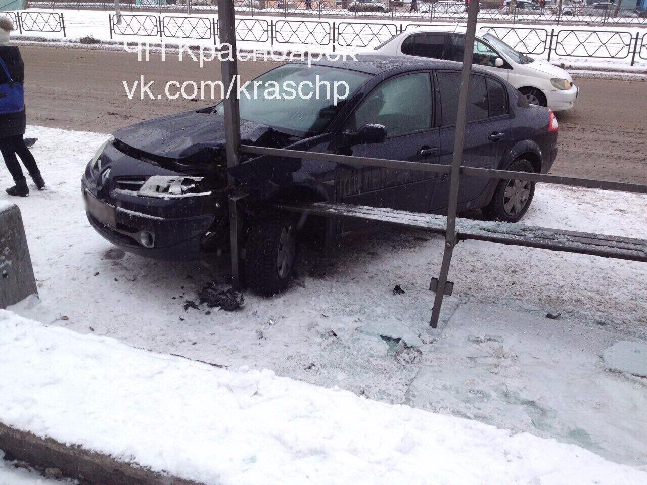 ВКрасноярске водителя Рено занесло востановку: есть пострадавшие