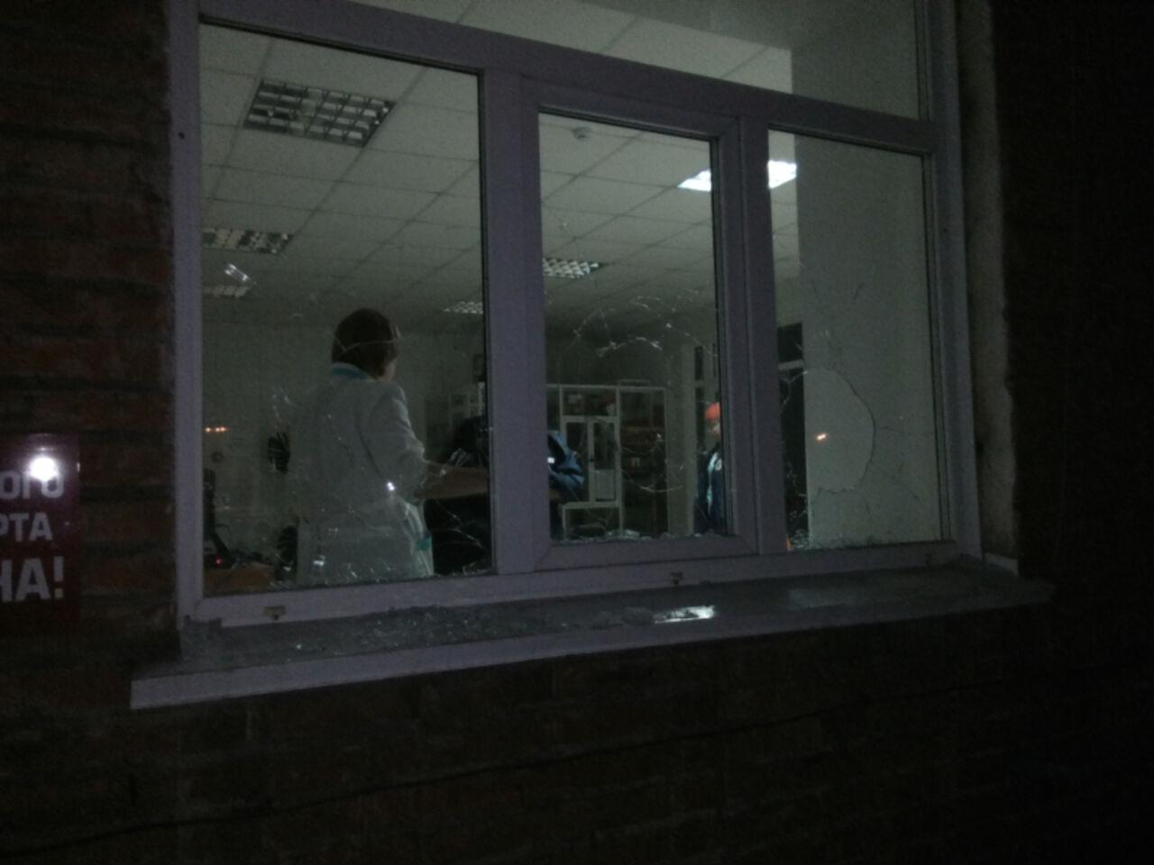 Недождавшийся скорой помощи кузбассец пошел в поликлинику иперебил там окна