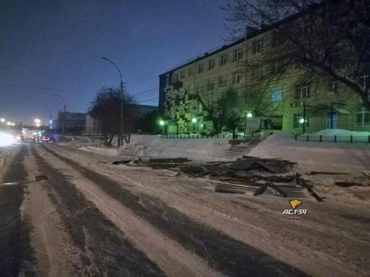 Новосибирец умер отобрушившейся намашину сорванной ветром крыши