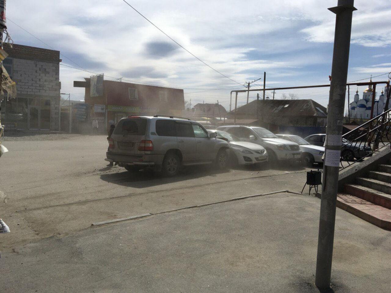 Сребёнком наколенках: вЧебаркуле «крузак» врезался вприпаркованные машины
