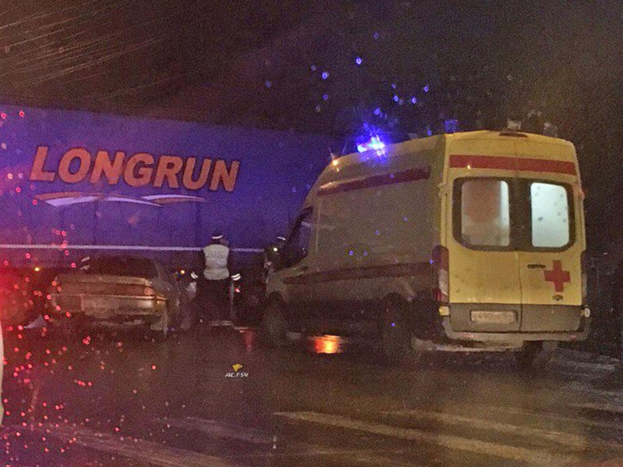 Появились фото, как Тоёта размозжило под колесами фуры вНовосибирске