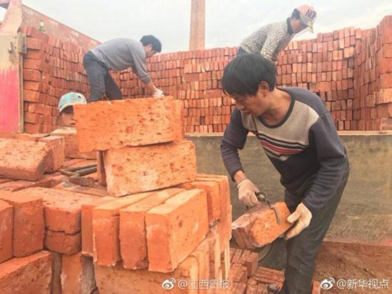 Китайский фабрикант навалил рабочим кирпичей вместо заработной платы