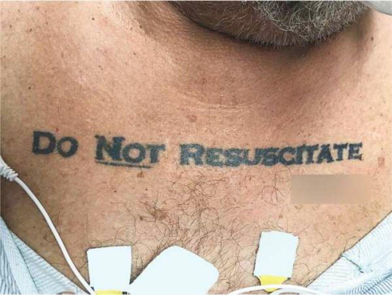 Мед. работники скорой помощи обнаружили нагруди упациента татуировку, запрещающую реанимацию