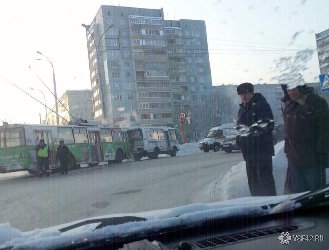 ВКемерове случилось ДТП смаршруткой, троллейбусом и Тойота